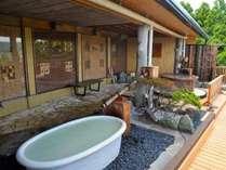2016年7月リニューアル完成!にごり湯と絶景を楽しむ4階露天風呂。壁には箱根で唯一の寄木の壁面