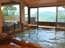 ゆったりと浸れる大浴場もにごり湯の源泉かけ流し。ミルキーホワイトの湯で寛ぎながらお肌ケア。