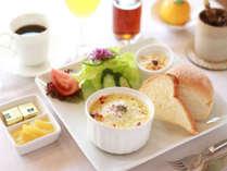 元気朝食♪とろふわの卵ときのこのチーズココットも人気♪