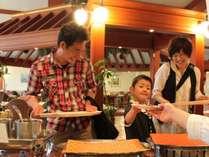 【ライブキッチン】鉄板焼きや天ぷら等は、お客様の目の前で調理しております。※会場によって変わります。