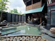 【露天風呂】湯畑の源泉を引く露天風呂をお楽しみください。(画像は男性浴場です)
