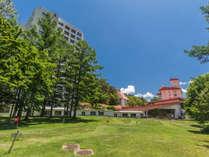 【ホテル中庭】ホテルヴィレッジには、一面芝生の中庭があります。