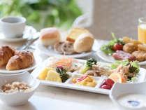 【朝食バイキング】朝の森林浴散策で五感を刺激した後の朝食は格別です。