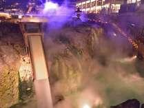 夜は、草津温泉街湯畑のライトアップをお楽しみください。(草津観光協会提供)