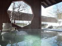 【冬の露天風呂】湯畑源泉を引く温泉大浴場&露天風呂をお楽しみください。
