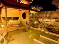 【夜の露天風呂】湯畑の源泉を引く露天風呂は夜でもお楽しみいただけます。(画像は女性浴場)