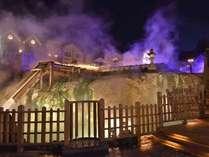 【湯畑ライトアップ】夜は、草津温泉街湯畑のライトアップをお楽しみください。(草津観光協会提供)