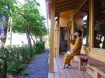 桜の季節には河津桜を眺めながら休憩できます。