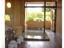 源泉かけ流しの乳白色の天然温泉・露天風呂(屋根付き)