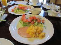 朝食のフレッシュサラダ ニセコ直送のハム たまご料理 も日替わり。自家製ヨーグルトとともに