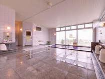 *大浴場/広々した浴槽にゆったりと浸かって、心も体もリフレッシュ。ご利用時間:11:00~22:00