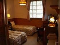 TV、羽毛布団で防音施工と換気扇が完備の落ち着けるツインタイプの客室。バストイレ付のお部屋。