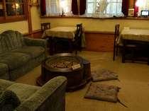 ラウンジには100年物の大火鉢と、漫画本など約200冊、有線LAN があります。