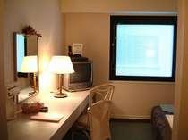 【シングルルーム】広さ14平米・ワイドデスク&無料インターネット・空気清浄機全室完備!