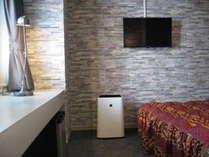 シングルルーム14平米・WiFi&ワイドデスク・加湿機能付空気清浄機・ミラーリング機能付TV・セミダブルベッド