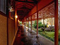 打ち水された石畳のアプローチ。小川には季節の花が咲く庭園。夕刻過ぎはなかなかの雰囲気がございます。