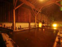【殿の湯】落ち着いた庭園を頌えた檜造りの露天風呂。(加温)