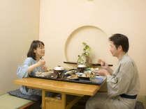 夕食はプライベート個室で二人の会話を楽しんで