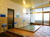 男女別の大浴場。内湯と半露天でお楽しみください。