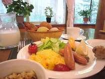 朝食は一日の糧♪。窓の外に広がる緑を眺めながら召し上がれ。*写真は朝食の一例(焼きたてパンメニュー)