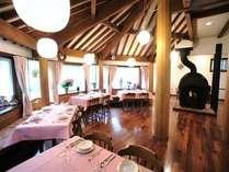 中央の「軽井沢ストーブ」が印象的なダイニング。窓の外の緑を眺めながら朝食を。