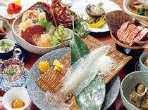 呼子の活イカをはじめ、伊勢エビに佐賀牛と食べ切れないほどの料理が並ぶ(写真は一例です)