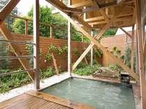 森林浴も楽しめる天然温泉の露天風呂