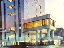 シルバーメタリックのビルです。