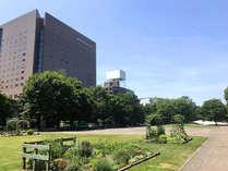 ホテル外観・夏 目の前には大通公園