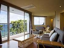 【和みフロア】展望檜風呂付特別室A、心ゆくまで海景を楽しめるリビング。