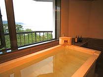 【和みフロア】展望檜風呂付特別室A~大浜海岸を望む展望檜風呂浴槽