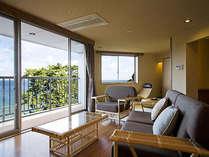 【和みフロア】展望檜風呂付特別A室~リビングとその景観。