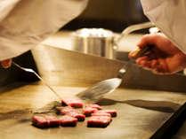オープンキッチンで焼き上げる淡路牛ステーキ。出来立ての一番おいしい状態をお愉しみください