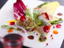 新鮮な魚介や旬の野菜を色鮮やかにアレンジ、目で楽しみ、そして舌で楽しめる料理をお届け。