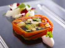 新鮮な旬の食材を色鮮やかにアレンジ、目で楽しみ、そして舌でも愉しめる創作料理。