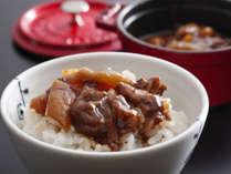 朝食の人気メニュー。淡路牛すじ肉と玉葱の煮込みをあつあつのご飯にかけてお召し上がりください。