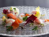 新鮮な魚介や旬の野菜を色鮮やかにアレンジ。目で楽しみ、舌で楽しめる料理をお届け