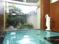 【男湯】縦長のお風呂。女神がいる洋風のデザインです。