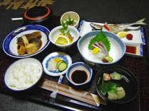 【夕食一例】旬の海の幸を使った日替わり定食。連泊でも飽きません!