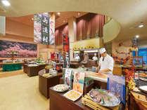 和洋80品の料理が並ぶ夕食バイキング。季節で変わる実演料理が人気♪