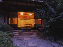三軒茶屋の一つである『坪中川』。風情あふれる庭園を見ながら落ち着いて食事が出来ます。