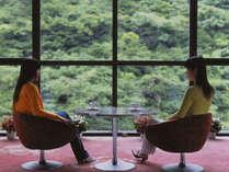前面ガラス張りのロビーでは、奥道後の渓谷を眺めながらゆったりとお過ごしいただけます。