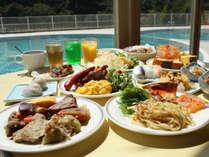 和洋の料理が揃うランチバイキング。お食事の方は温泉のご入浴をサービス!