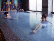 内湯『玉肌の湯』にある大理石風呂に浸かりながら日頃の疲れを癒します♪