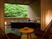 貸切露天温泉『岩風呂』。フローリング床の休憩スペースでのんびりと...。