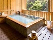 貸切露天温泉『檜風呂』檜の浴槽でバリアフリー仕様です。