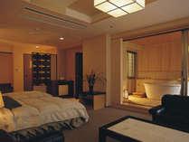 源泉かけ流しの展望露天風呂付客室(洋室)です。