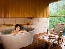 【露天風呂付客室-和洋室-】源泉かけ流し式なので、心も体も温まって美人の湯を体感してみて下さい♪
