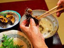 活ウニは殻を割って豪快にお召し上がりください!