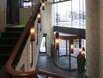 ホテルエントランス。暖かい照明でお客様をお迎えいたします。